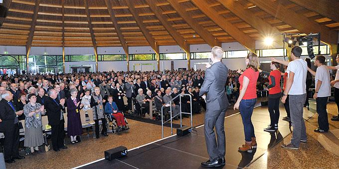 Weit über 2000 Teilnehmer in und um die Pilgerkirche (Foto: Kröper)