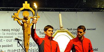 Fackelläufer bringen Licht auf die Bühne, das unter den Teilnehmern weitergegeben wird (Foto: Kröper)