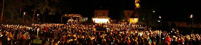 Internationale Feier zur Eröffnung des Jubiläumsjahres am Abend des 18. Oktobers 2013 auf dem Pilgerplatz bei der Gnadenkapelle in Vallendar-Schönstatt (Foto: T. Brehm)