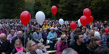 Kinder lassen Luftballons steigen mit der Botschaft vom Liebesbündnis für die Menschen in unserem Land (Foto: Neiser)