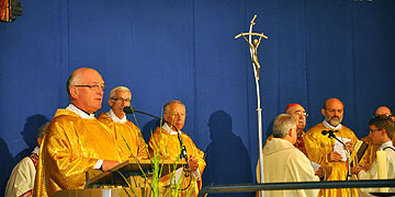 Wallfahrtsleiter Pater Franz Widmaier begrüßt den kardinal und die Pilger (Foto: Baumann)