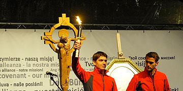 Fackelläufer bringen eine brenndende Fackel, die am Nachmittag am Grab Pater Kentenichs entzündet worden war und deren Licht an die Pilger weitergegeben wurde (Foto: Kröper)
