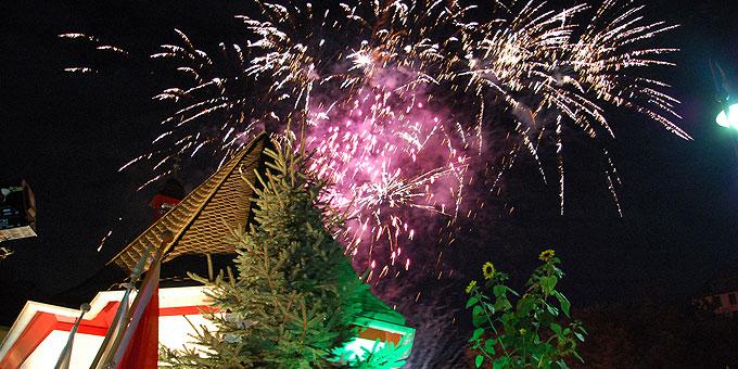 Mit einem Feuerwerk über dem Heiligtum endete ein Abend, an dem es zwar kalt, aber trocken und Mondhell war (Foto: Brehm)