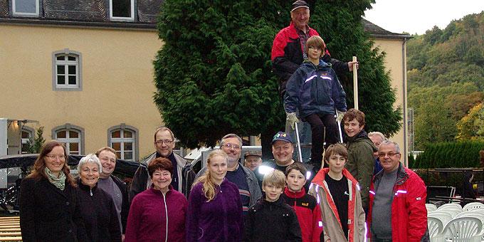 Gerne folgen die gerade anwesenden Helfer der Bitte um ein Gruppenfoto für schoenstatt.de (Foto: SAL)