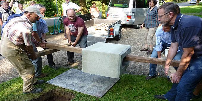 Familien vom Schönstatt-Familienbund stemmen in mehreren Arbeitseinsätzen die Fundamente für den Eheweg (Foto: Leibold)
