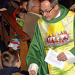 Klaus Rennemann im Predigtgespräch mit den Kindern (Foto: SAL)