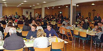 Gefüllter Speisesaal nach dem Gottesdienst (Foto: SAL)