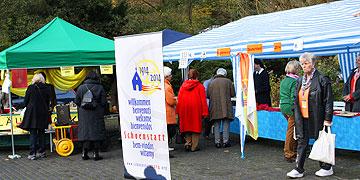 Beim Infostand des deutschen Registrierungsbüros 2014 (Foto: Pilgerzentrale)