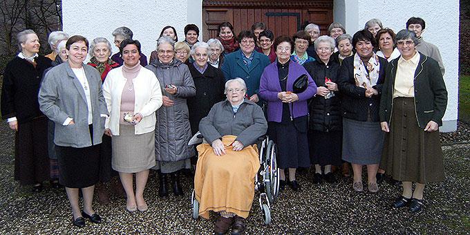 Alle Kapitularinnen vor dem Heiligtum (Foto: Kostka)