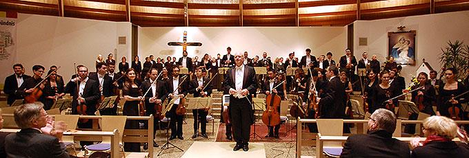 Die Junge Philharmonie Köln und der Philharmonische Chor Essen unter der Leitung von Volker Hartung (Foto: Brehm)