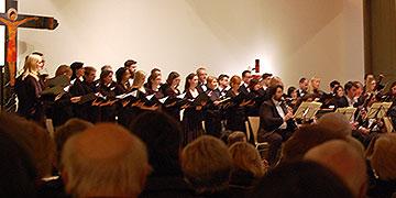 Mit fast 50 Sängerinnen und Sängern konnte sich der philharmonische Chor Essen gegen das Orchester behaupten (Foto: Brehm)