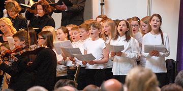 Kinder aus dem Unterstufenchor des Eichendorff-Gymnasiums Koblenz bilden den 3. Chor (Foto: Brehm)
