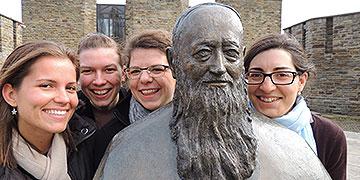 Die Jugend am Start: Volontärinnen zu Besuch im Pater Kentenich-Haus (Foto: Zürrlein)