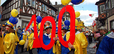 """Die """"Schönstatt 100"""" vor dem Vallendarer Rathaus (Foto: Brehm)"""