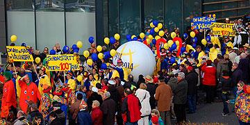 Die Gruppe scharte sich um einen großen Ball mit dem Logo der Hundertjahrfeier (Foto: Brehm)