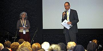 Bernhard Seidenath, MdL, Dachau, spricht ein Grußwort bei der zentralen Feier im großen Filmsaal der Gedenkstätter (Foto: Fischer)