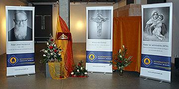 Das Gott-Vater-Symbol und Infotafeln über Schönstatt in einem der Ausstellungsräume (Foto: Fischer)