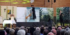 Hochseilartist Martin Harich bei der Musical-Aufführung in Ergenzingen (Foto: Bay)