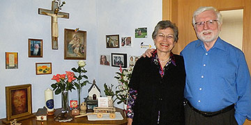 Rosa Maria und Josef Wieland in ihrem Hausheiligtum (Foto: privat)