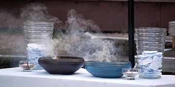Anliegen werden in Glasgefäßen gesammelt und mit Weihrauch symbolisch an Gott übergeben (Foto: Brehm)