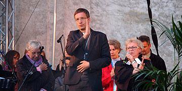 Eine ev. Pfarrerin und ein kath. Weihbischof segnen gemeinsam die Teilnehmer (Foto: Brehm)
