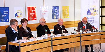 Podium der Pressekonferenz (Foto: Brehm)