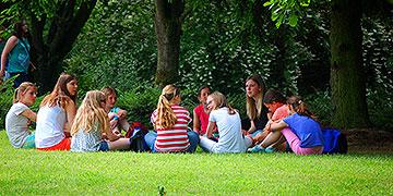 Gruppenstunde im Schatten der Bäume (Foto: Brehm)