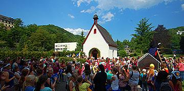 500 feiernde Mädchen am Urheiligtum in Schönstatt (Foto: Brehm)