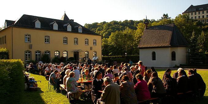 2. Juli, abends auf der Wiese beim Urheiligtum (Foto: Neiser)