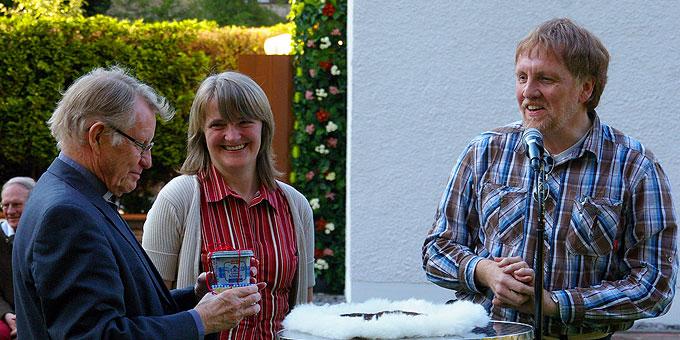 ... Ehepaar Bernadette und Norbert Weweler danken Pater Marmann (Foto: Neiser)