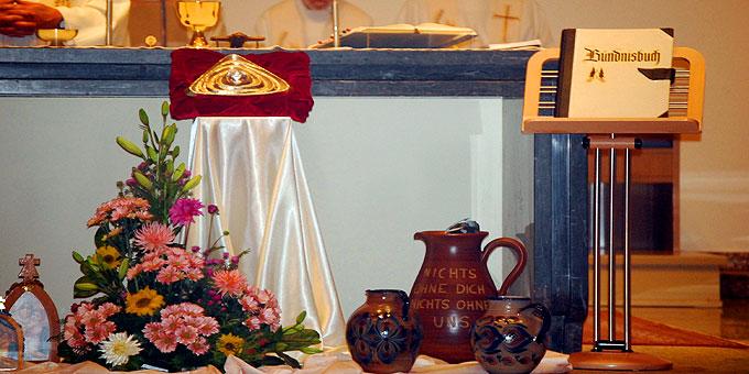 Gott-Vater-Symbol, Bündnisbuch und Krüge (Foto: Brehm)