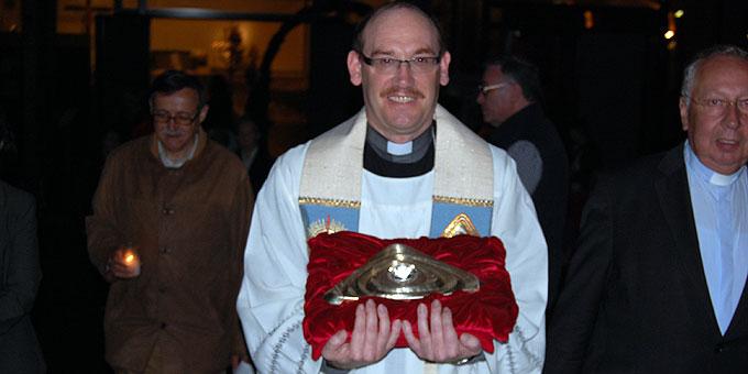 Mit dem Gott-Vater-Symbol auf dem Prozessionsweg zum Urheiligtum (Foto: Brehm)
