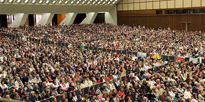 Fast 8000 Teilnehmer folgten dem Papst gespannt (Foto: Emilio SICT)