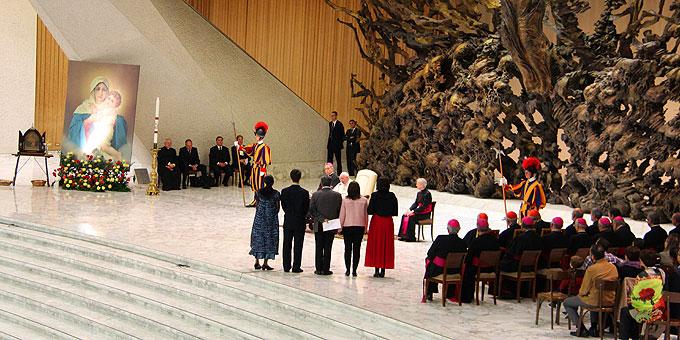 Im Beisein von Vertretern der Kirche stellten Vertreter Schönstatts ihre Fragen an den Papst (Foto: Emilio SICT)