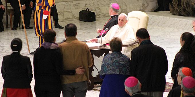 Papst Franziskus hört aufmerksam zu (Foto: Brehm)