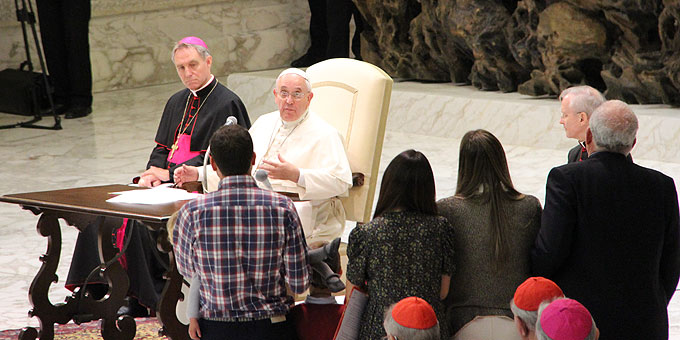 Papst Franziskus beantwortet Fragen von Familien (Foto: Emilio SICT)