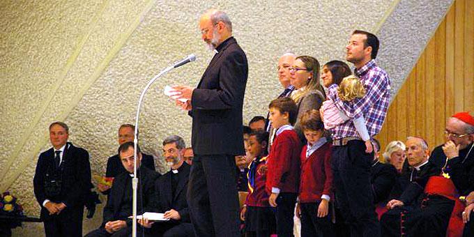 Pater Heinrich Walter, Vorsitzender des Generalpräsidiums Schönstatts hatte vor dem ersten Fragenblock der Familien den Heiligen Vater begrüßt (Foto: Neiser)