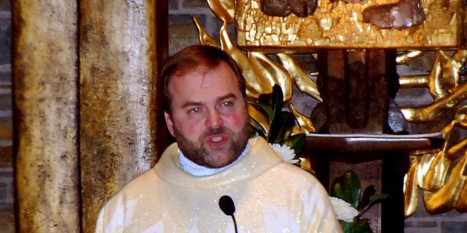 Pater Stefan Strecker bei der Predigt (Foto: Brehm)