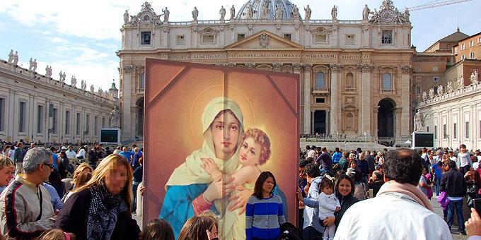 """Papst Franziskus nach dem Angelus zu den 80.000 Pilgern auf dem Petersplatz: """"Ebenso begrüße ich die Pilger aus Schönstatt: Von hier aus betrachte ich die Ikone der Mutter."""" (Foto: Brehm)"""