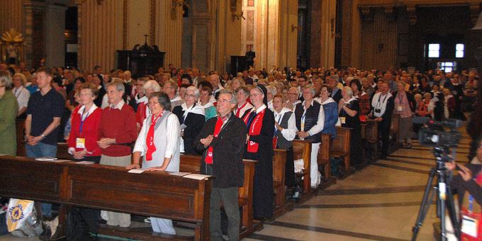 Mit einem speziellen Gruß an die Pilger aus seiner ehemaligen Diözese Rottenburg-Stuttgart löste Kasper bei diesen eine große Freude aus (Foto: Brehm)