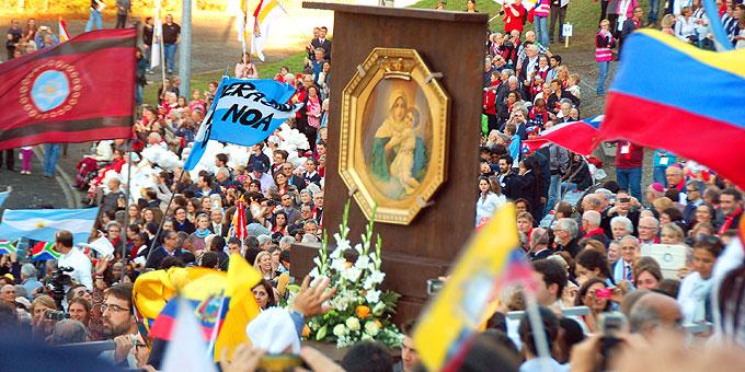 Einzug der Dreimal Wunderbaren Mutter von Schönstatt in der Pilgerarena (Foto: Brehm)