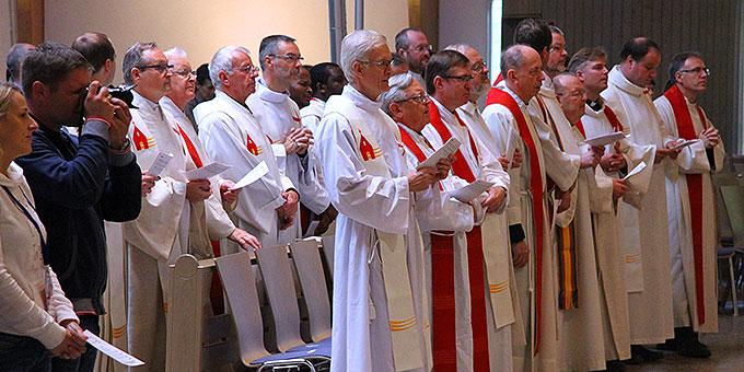 Unter den Konzelebranten waren Priester verschiedener Gemeinschaften aus verschiedenen Ländern (Foto: Lilek)