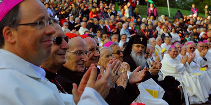 Unter den Ehrengästen Kardinäle und Bischöfe, ... (Foto: Kröper)