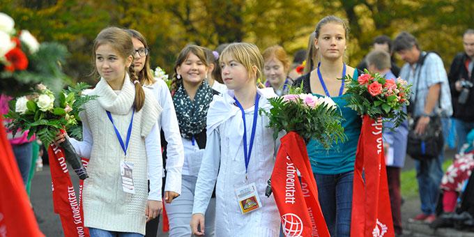 Kinder bringen Blumen für die Gottesmutter (Foto: Kröper)