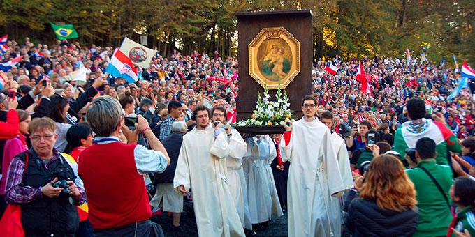 Zur Liebesbündnisfeier zieht das Gnadenbild vom Urheiligtum in die Pilgerarena ein (Foto: Brehm)