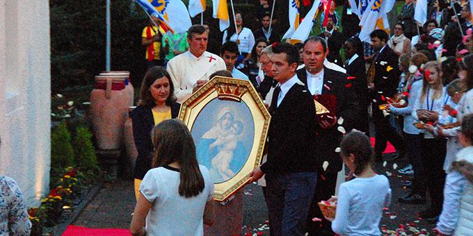 Eine internationale Delegation bringt das Bild der Dreimal Wunderbaren Mutter und Königin von Schönstatt zum Urheiligtum (Foto: Brehm)