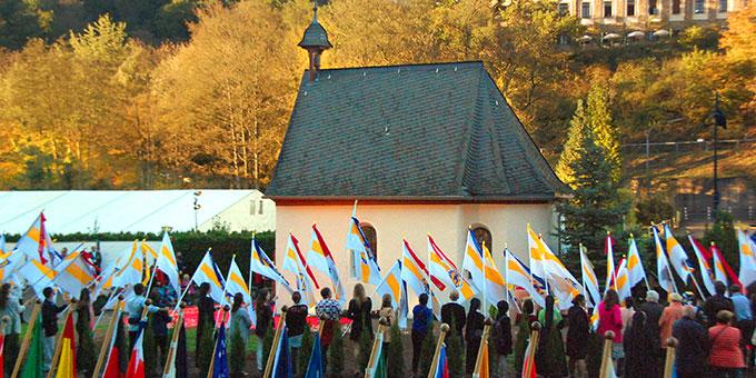 Während das Urheiligtum von den Landes-Fahnen umgeben ist, schließen die Delegation im Urheiligtum, die über 10.000 Pilger in der Pilgerarena und Hunderttausende an den Bildschirmen weltweit ihr Liebesbündnis (Foto: Kröper)