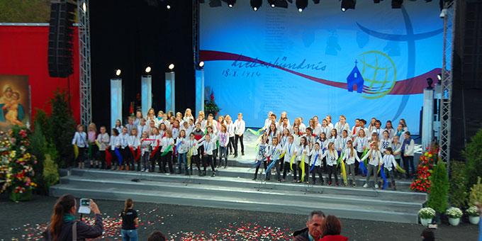 Schülerinnen der Unterstufe der Schönstätter Marienschule beteiligen sich mit einem eigens komponierten Geburtstagslied (Foto: Brehm)