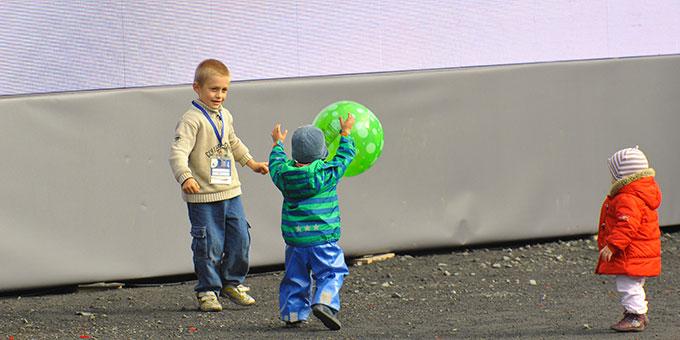 """Kinder haben den """"verlorenen"""" Ball wiedergefunden und machen dem Prediger Konkurenz (Foto: Kröper)"""