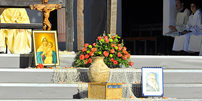 Zum Hausheiligtum gehören ein Kreuz, das Schönstätter Marienbild, ein Bild vom Schönstatt-Gründer Pater Josef Kentenich und der Krug (Foto: Kröper)